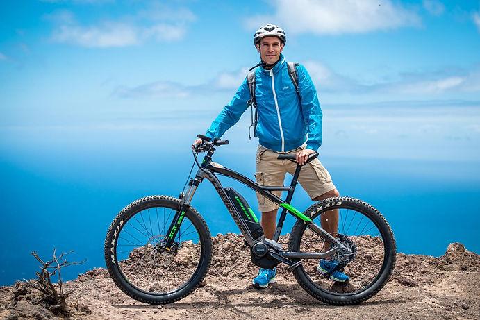 ein fahrradfahrer mit helm auf la gomera
