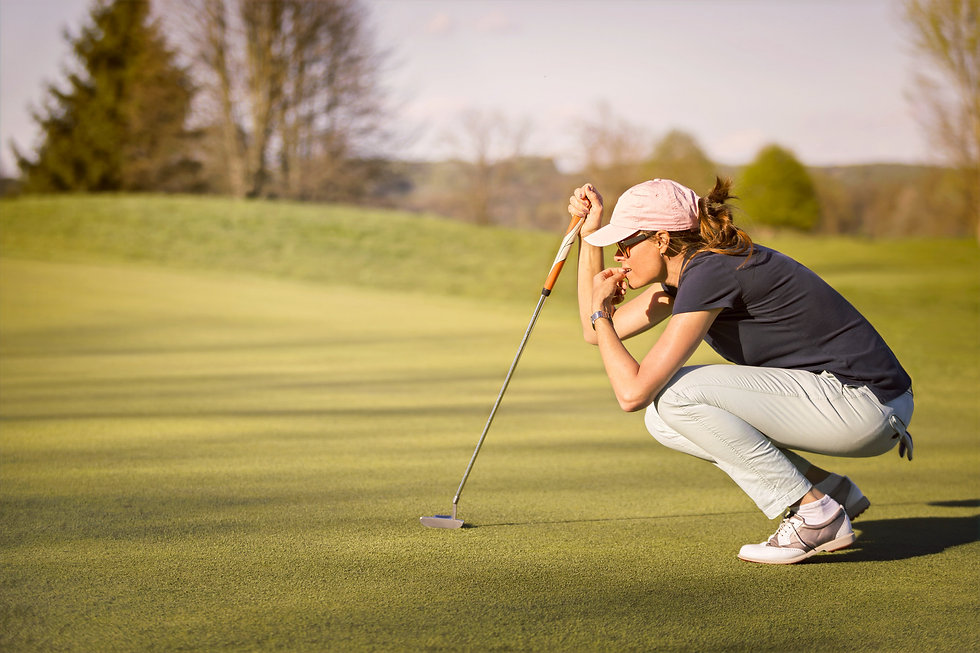 Woman%20golf%20player%20crouching%20and%