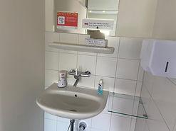 Waschbecken mit Anweisungen und Hygienemasken