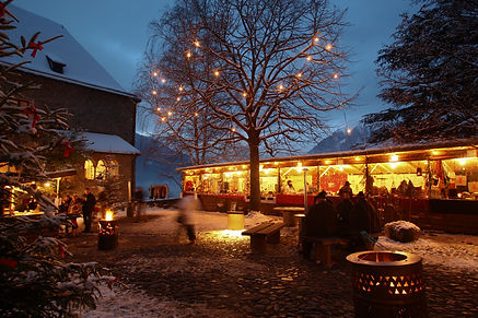 Christmas atmosphere with glamorous musical entertainment at the Castle Tirol village during advent