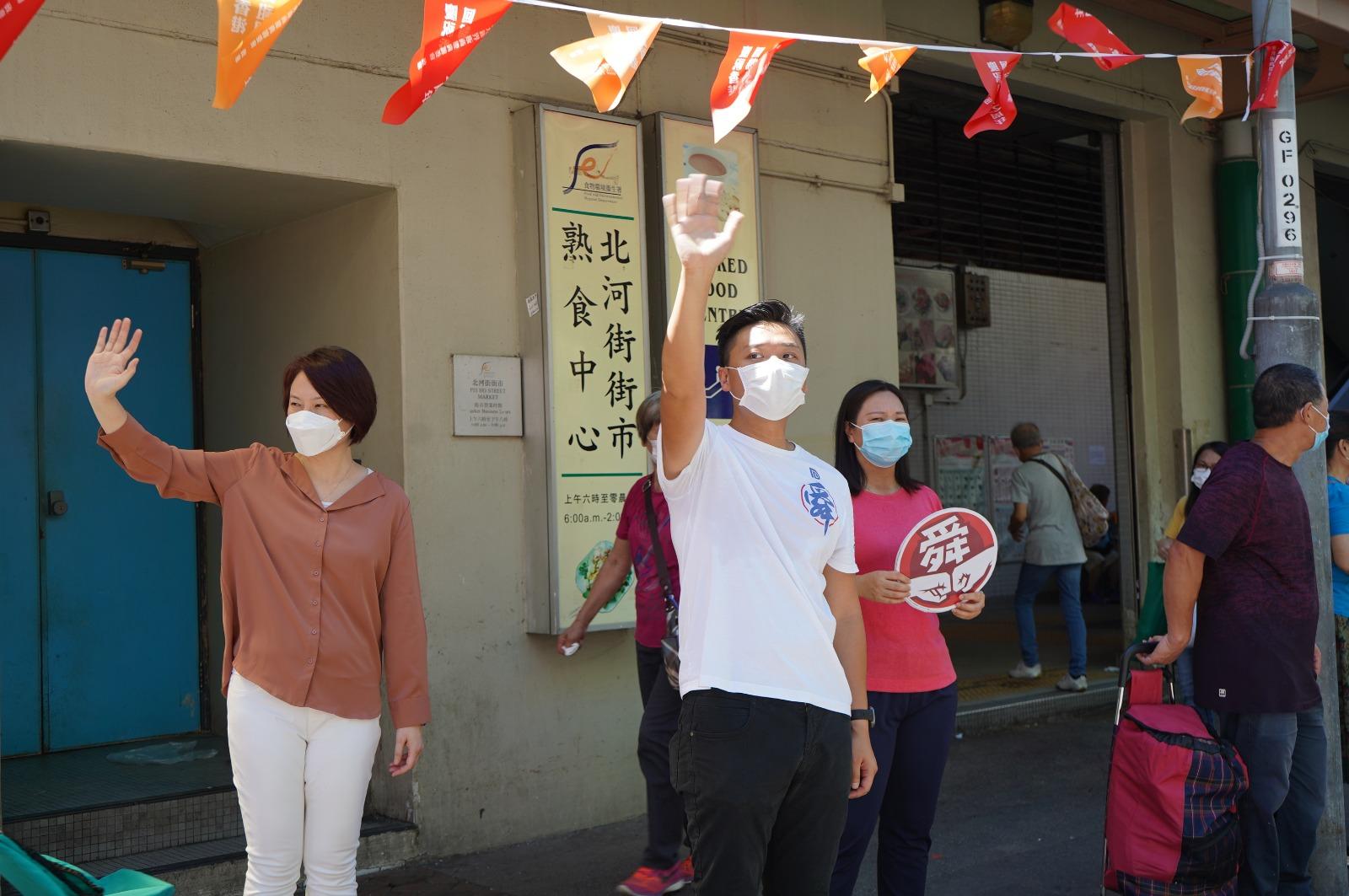 阿舜在北河街街市外呼籲市民繼續加油,做好防疫工作