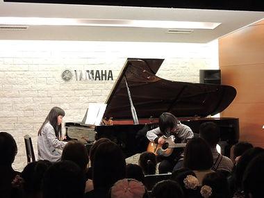 姉妹でピアノ&ギターアンサンブルを発表会で披露しました。