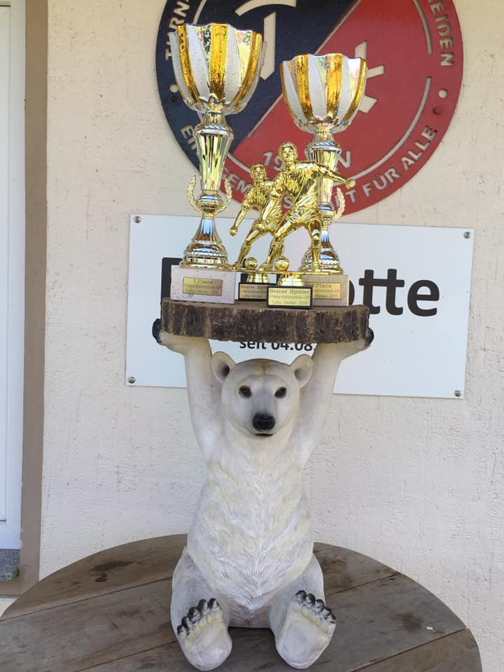 Knut hält die Pokale