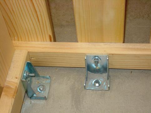 Selbsttragende Montage auf patentierte, verzinkte Metallwinkel.  Daher keine Deckenbefestigung notwendig.
