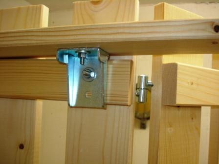 Stabilität durch vertikale Fixierlatten als Verbindung über die einzelnen Elemente.