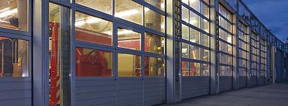 Индустриални секционни врати с вградена врата hormann за хале
