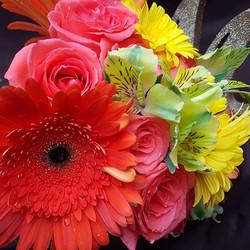 Colourful spring bouquet #winnipegflorist #weddingbouquet #winnipegweddings #winnipegweddingflowers