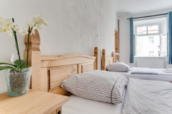 https://www.airbnb.com/rooms/2100073