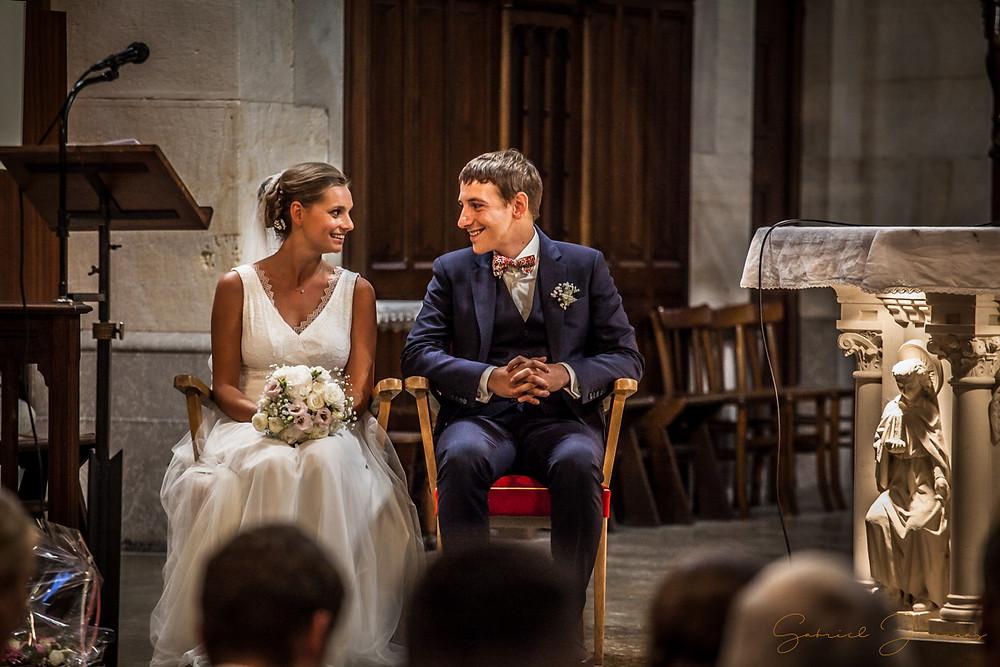 Les mariés s'échangent un bref regard lors de la cérémonie religieuse.