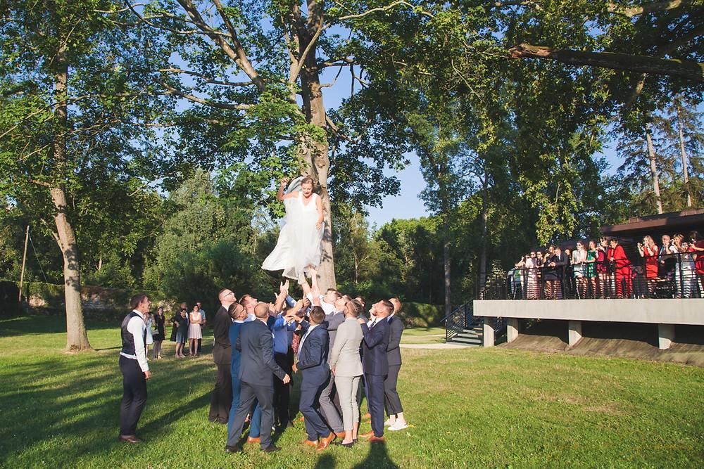 Photos décontractée, on jette la mariée en l'air, lors du cocktail  à La Charpinière ( Saint Galmier ) )