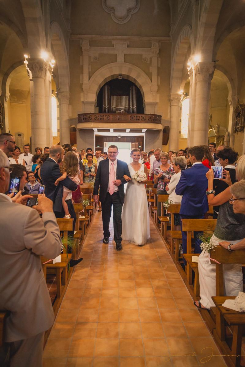 Cérémonie religieuse, la mariée fait son entrée.