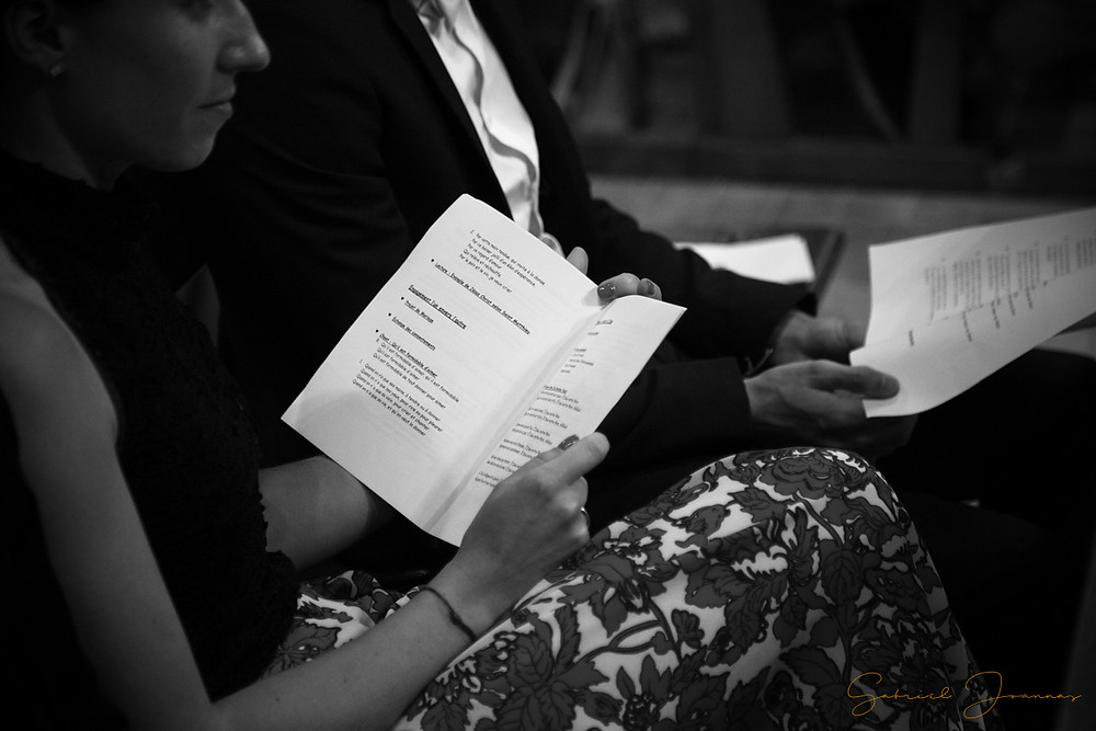 Invitée lisant le livret de cérémonie religieuse.