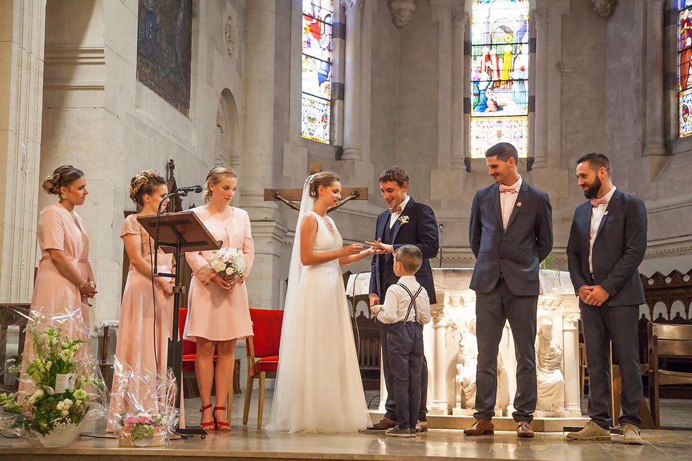Les mariés échangent leurs alliances lors de la cérémonie religieuse.