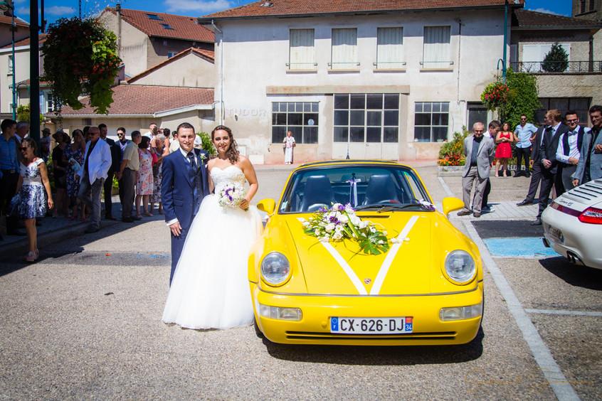 Portrait des mariés devant la mairie