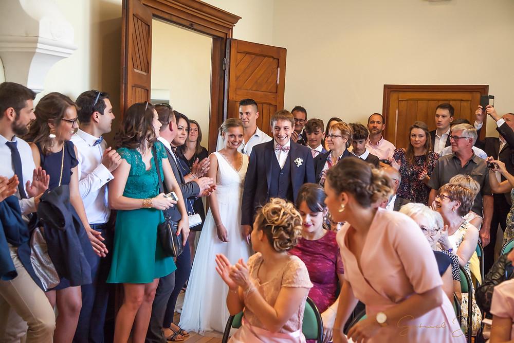 Les mariés entre à la mairie pour la cérémonie civile . Gabriel Joannas photographe Saint Symphorien sur coise