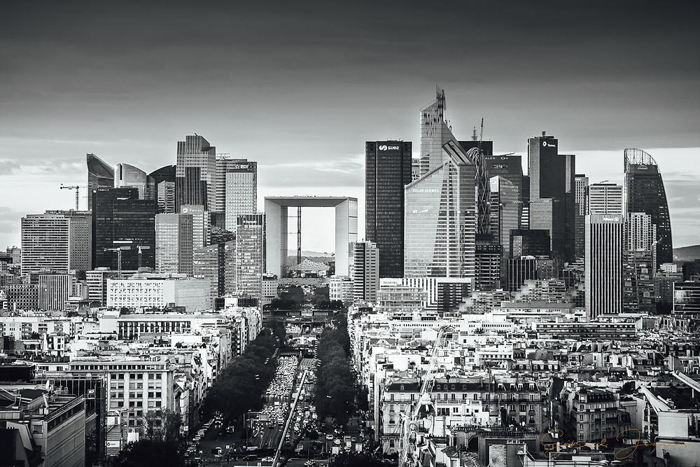 Zoom sur le quartier de la Défense, traitée en noir et blanc.