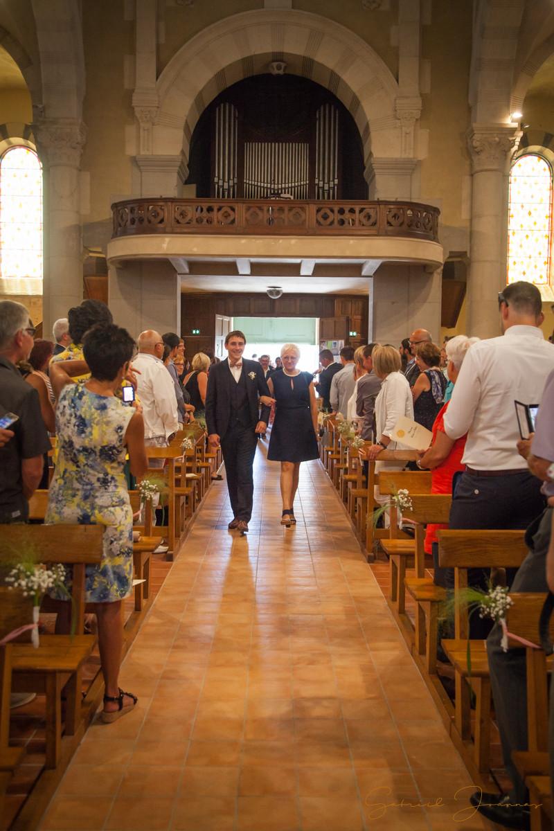 Cérémonie religieuse, le marié entre dans l'église