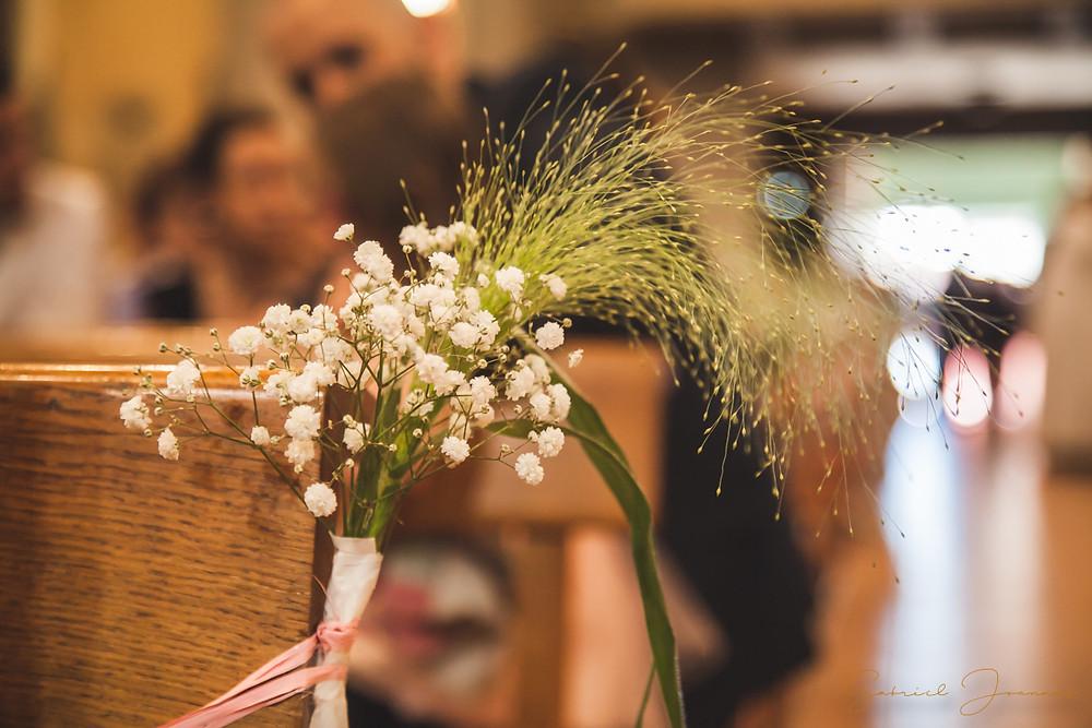 Bouquet de fleur en décoration dans l'église