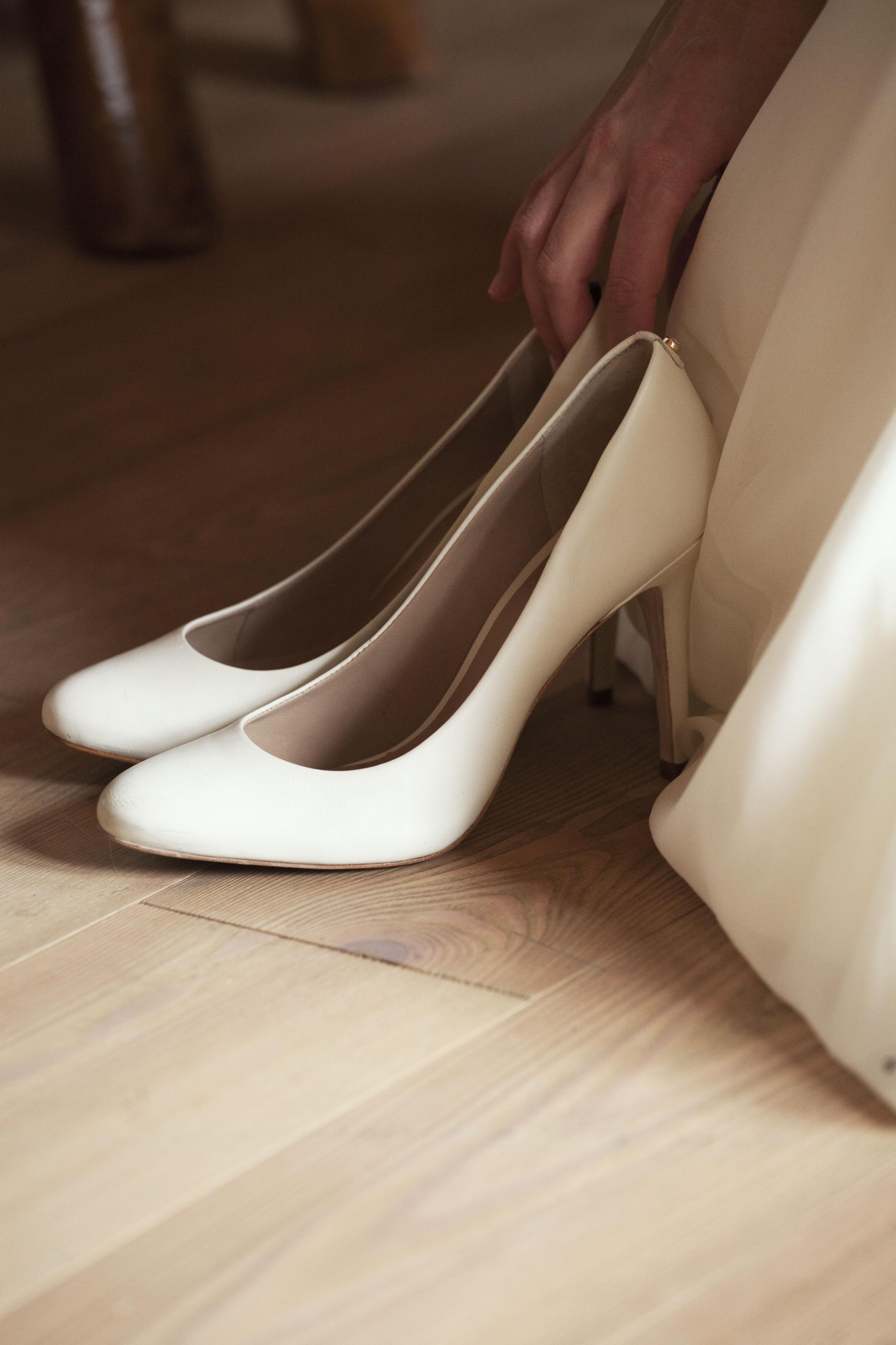 Zoom sur les chaussures de la mariée