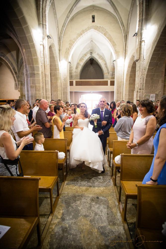 La mariée fait son entrée à l'église