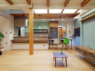 ブルーグレー壁とカフェ色タイルのエレガントハウス