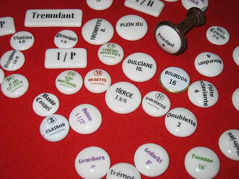 Fabrication de boutons en porcelaine pour registres d'orgues et d'harmoniums