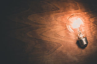 """Ampoule allumée por traduire l'idée de """"Boite à idées"""", pour suggére une idée o une amélioration"""