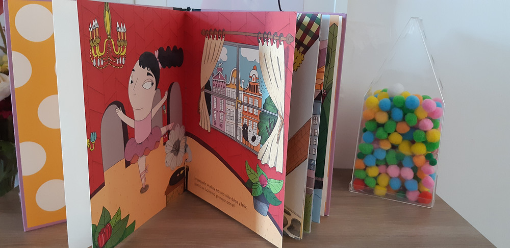 Pequeña & Grande Audrey Hepburn, Alba, biografia, infantil