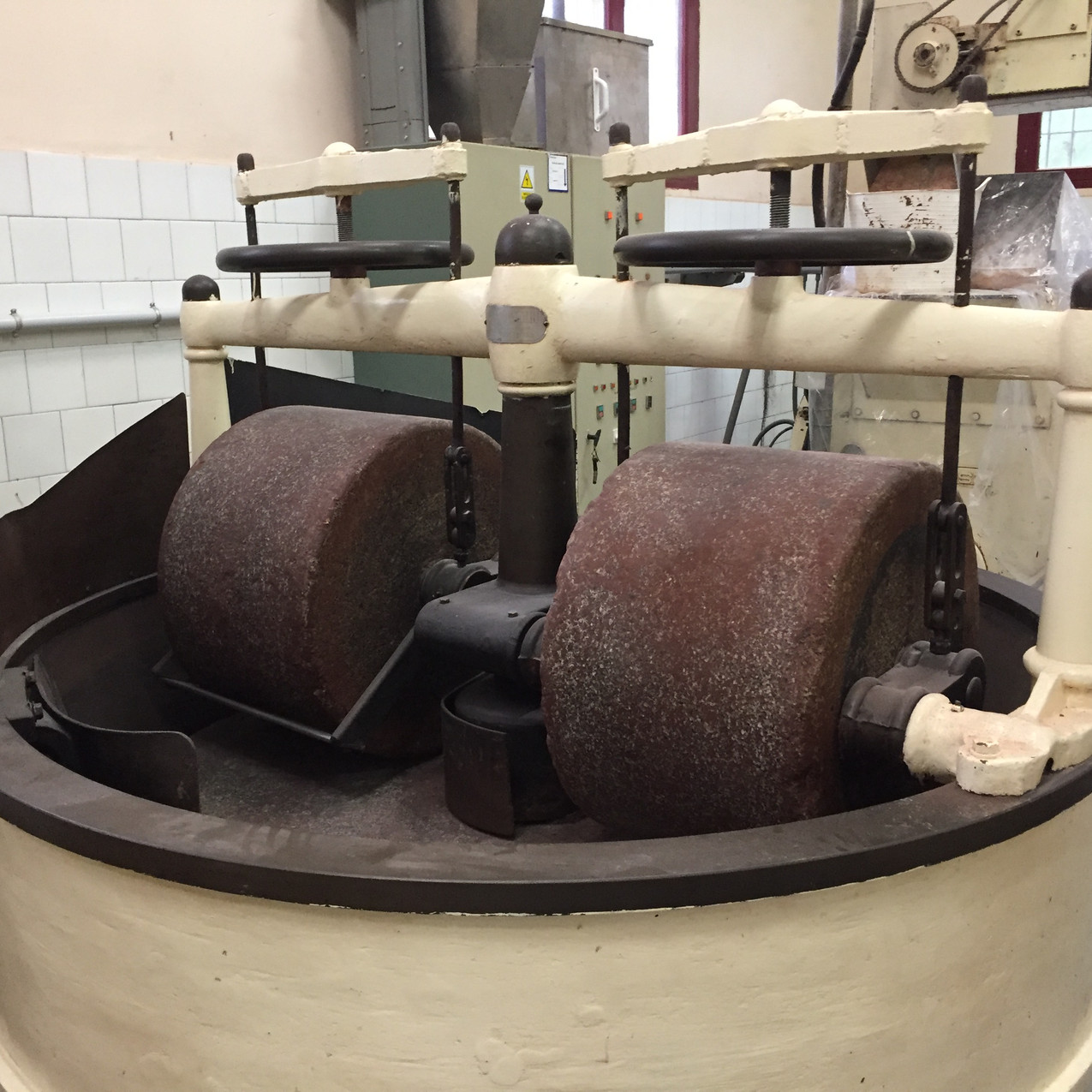 Mechanical cacao mill