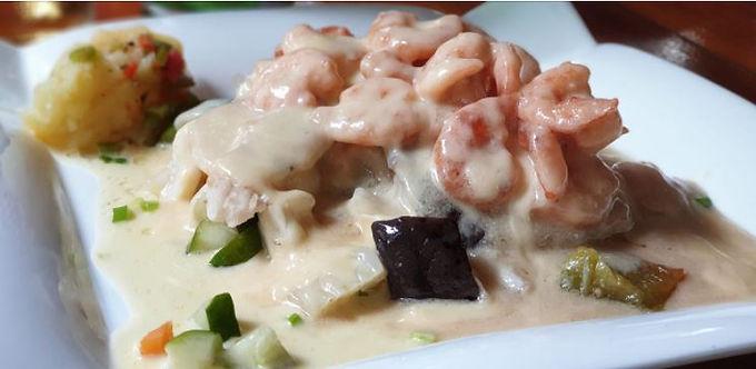 Pescado cubierto con camarones en salsa de Queso (poisson couvert de crevettes avec sauce au fromage)