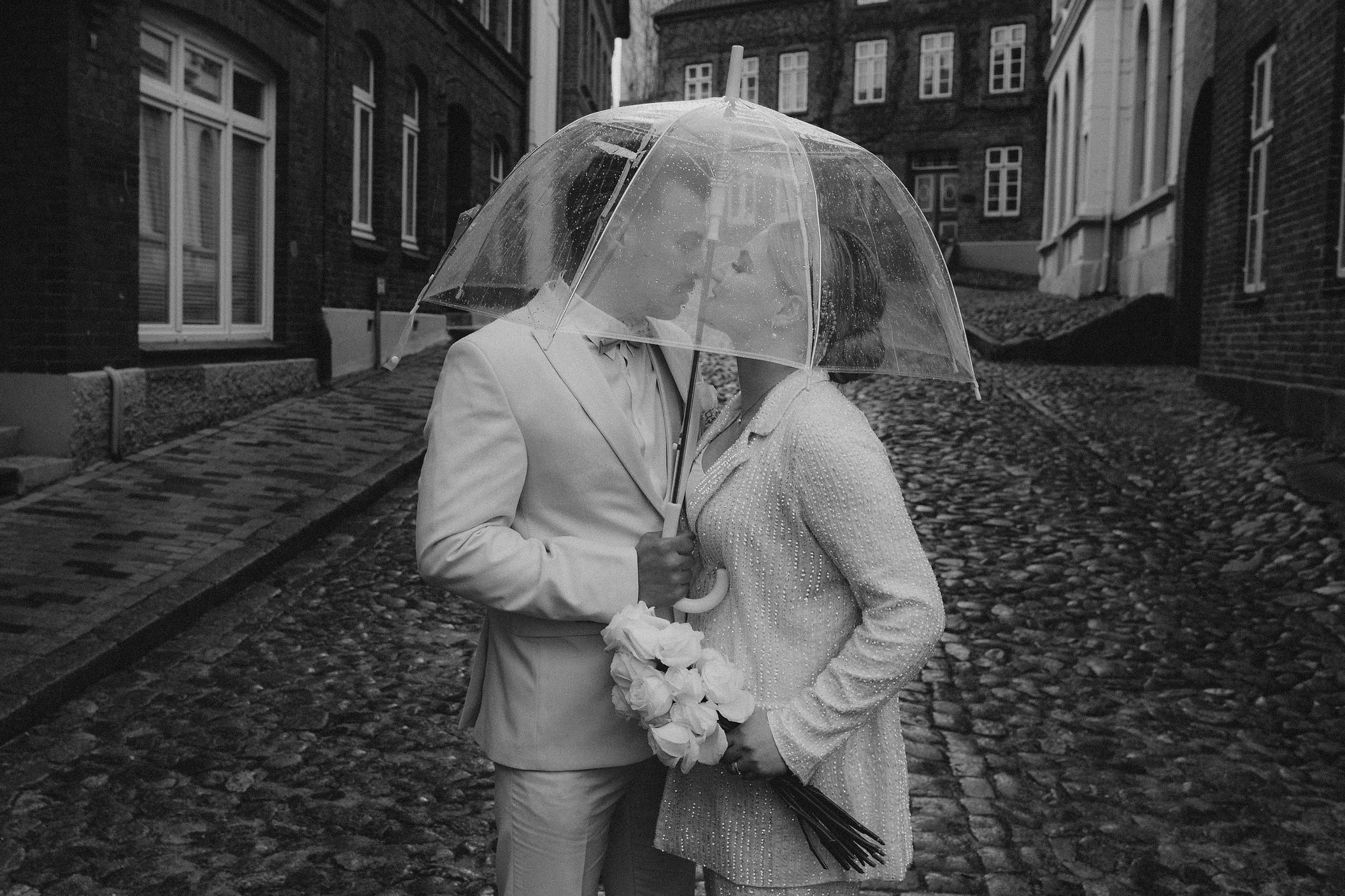 Romantisches Hochzeitsfoto im Regen