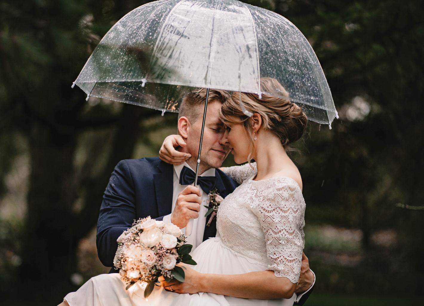 romatische Hochzeitsfotos im Regen