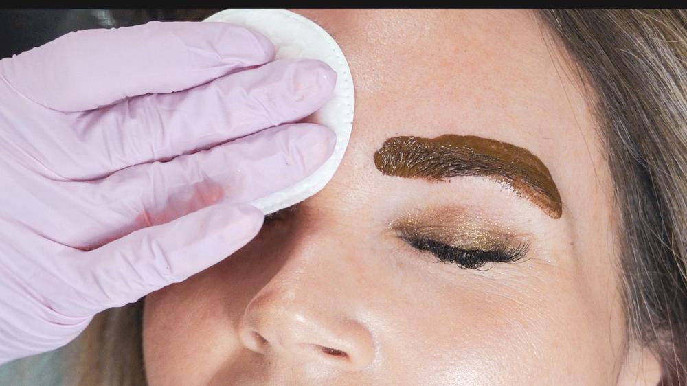 Natural Kaos getting brows microbladed