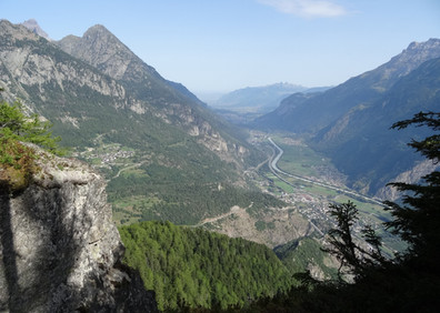 Depuis Les Granges la commune surplombe Vernayaz et la vallée du Rhône