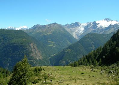 Cordons morainiques de l'alpage de Fénestral et vue sur le massif du Trient