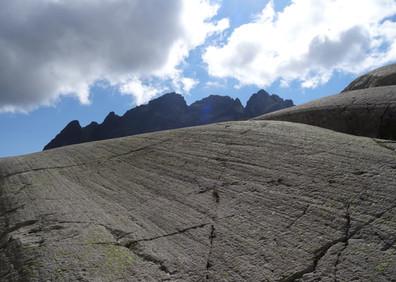 Stries glaciaires sur une roche moutonnée du Vieux-Emosson