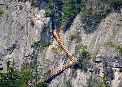 Escaliers et passerelles du parcours de visite des Gorges du Dailley