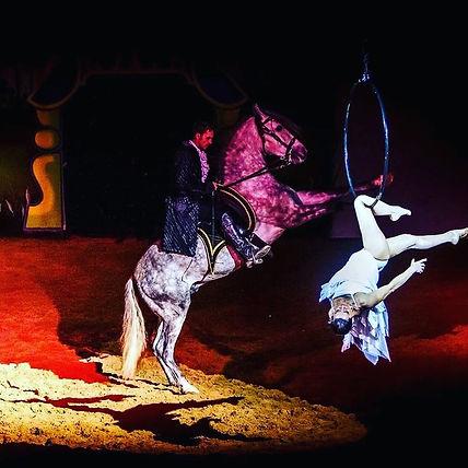 Cabaret Zagal - Maïté en cerceau et Franck à cheval