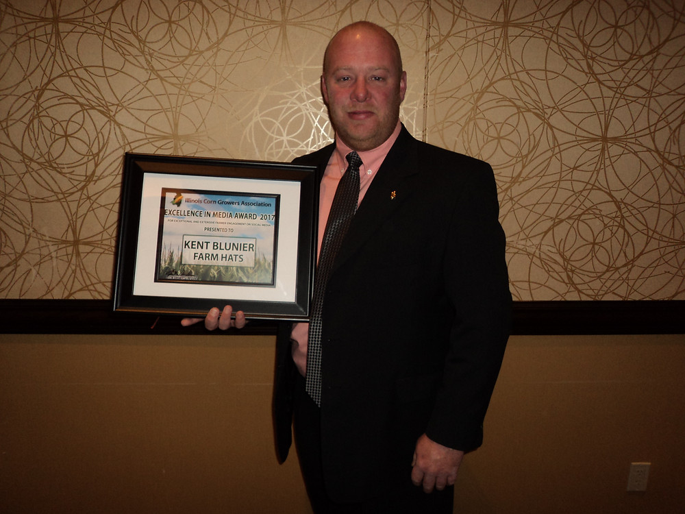 Kent Blunier accepts an award from the Illinois Corn Growers Association last week / CIFN photo.
