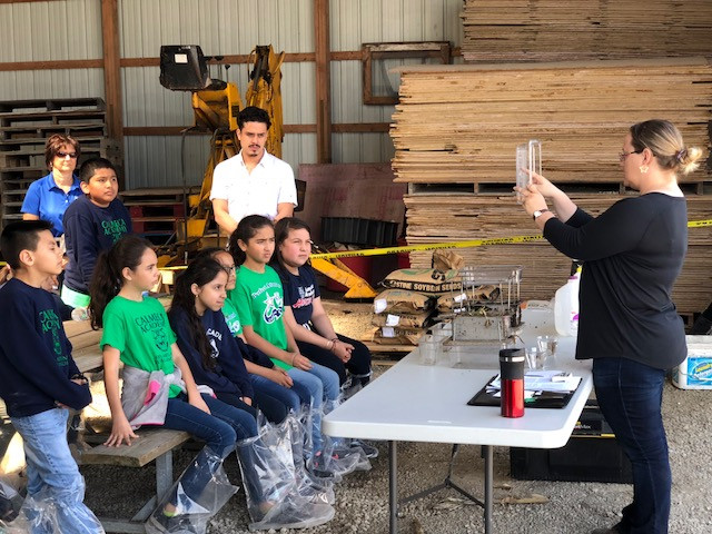 Becky Taylor of the Livingston County Soil & Water Conservation District discusses agriculture with Chicago fourth graders last week / CIFN photo.