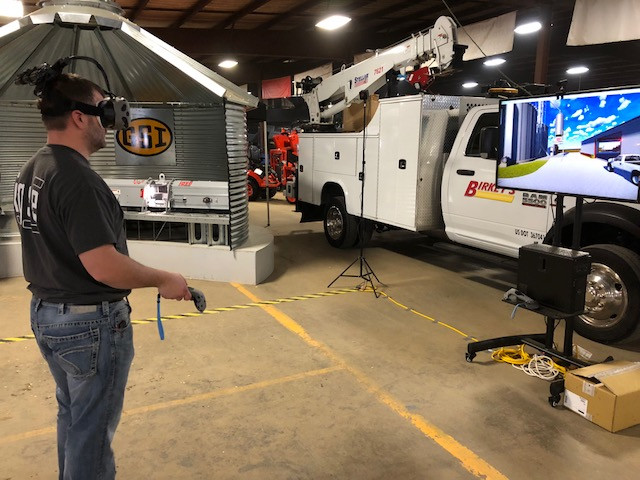 Dustin Kurtz of IL Grain & Seed Equipment demos 3-D modeling at the Gordyville farm show / CIFN photo.