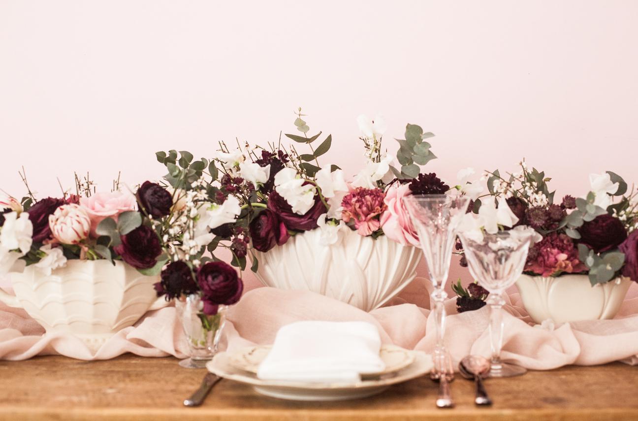 Tisch mit alten Vasen
