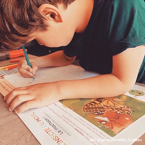 enfant dessine carnet.png