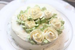 即興で作ったホワイトローズのバースデーケーキ