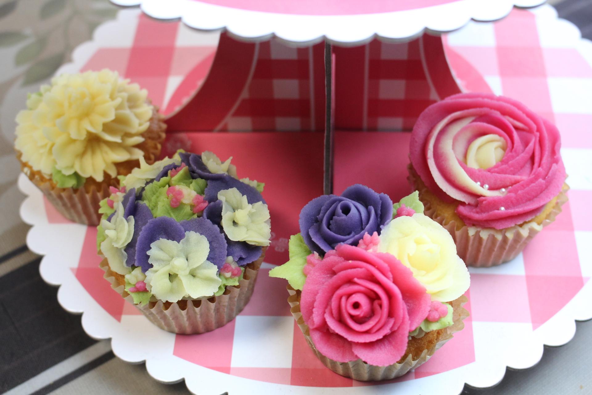 フラワーカップケーキ スカビオサ、薔薇、ビオラ