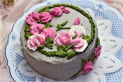 カーネーションの黒ゴマクリームのケーキ