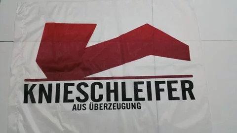 Die kleine Knieschleifer-Flagge 100x75cm