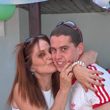 נשיקה מאמא ביום הולדת שנה לאלה