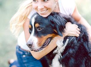 Kvinne Hugging Dog