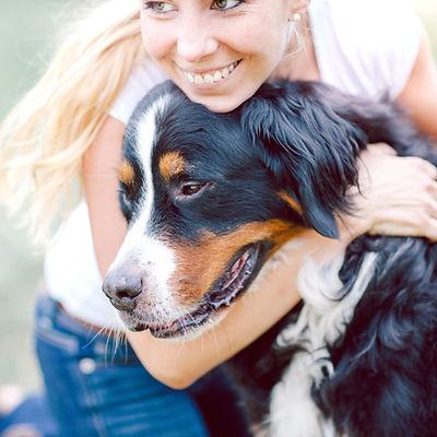 Cão que abraça a mulher